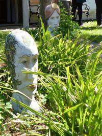 Bunte Betonköpfe für den Garten